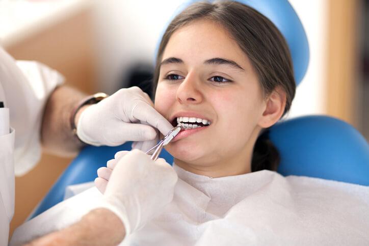 Obține un zâmbet perfect cu ajutorul aparatului dentar!